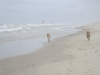 Sjuul en Caro op het strand van Texel.